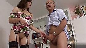Brunette Amateur Claudia Jewels Masturbates